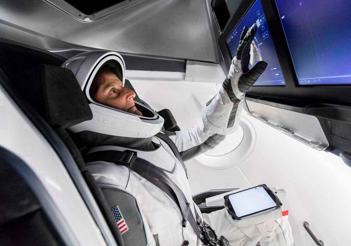 Заглянем внутрь симулятора для подготовки астронавтов компании SPACEX .