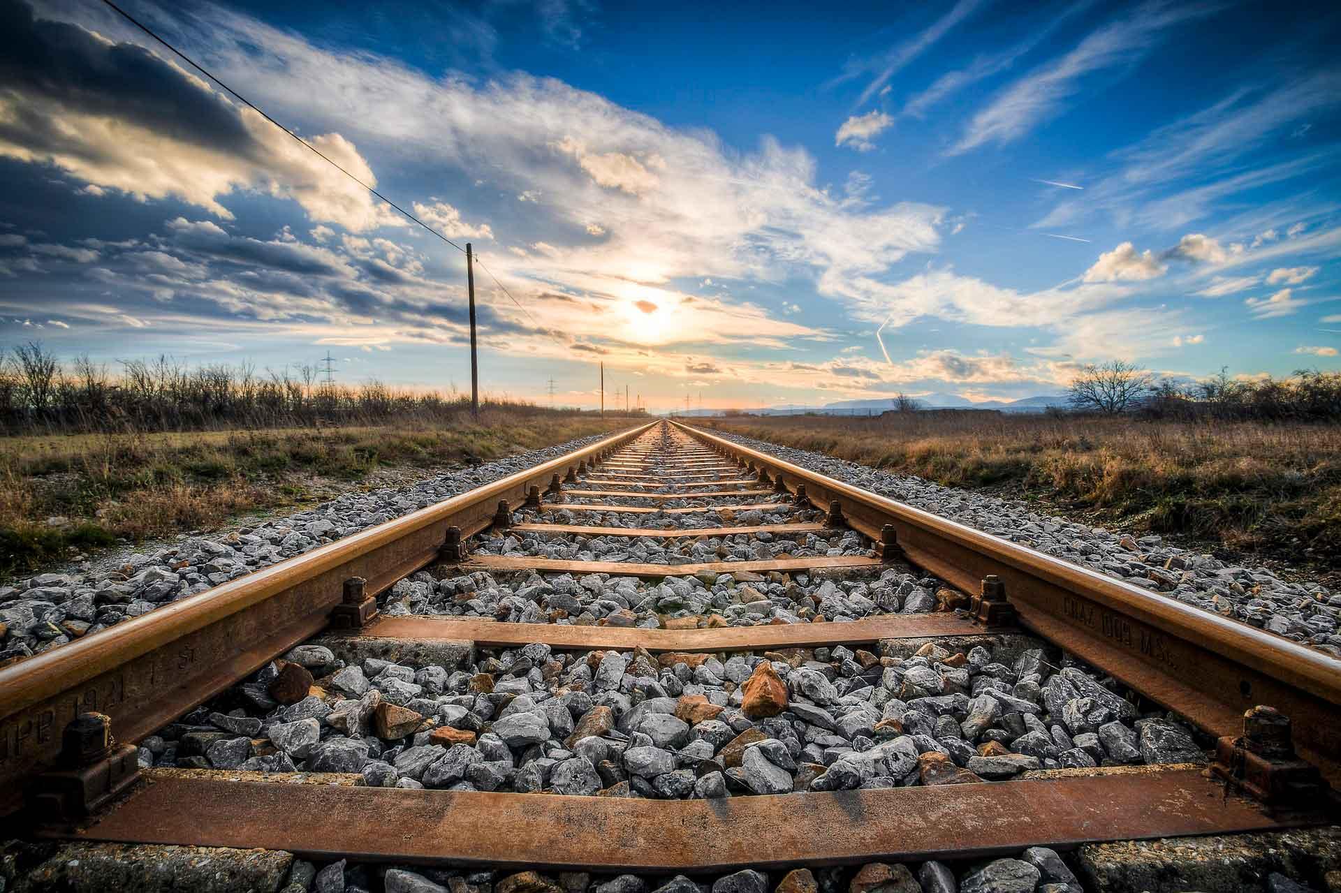 Почему вокруг железнодорожных путей лежат камни?