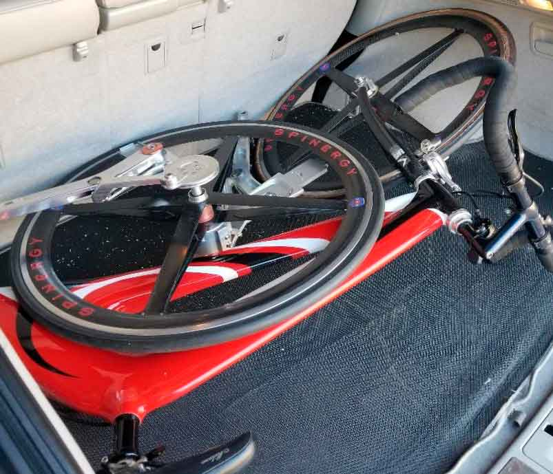 Отсутствие цепи облегчает снятие заднего колеса NuBike (Фото : Роджер Паркер )