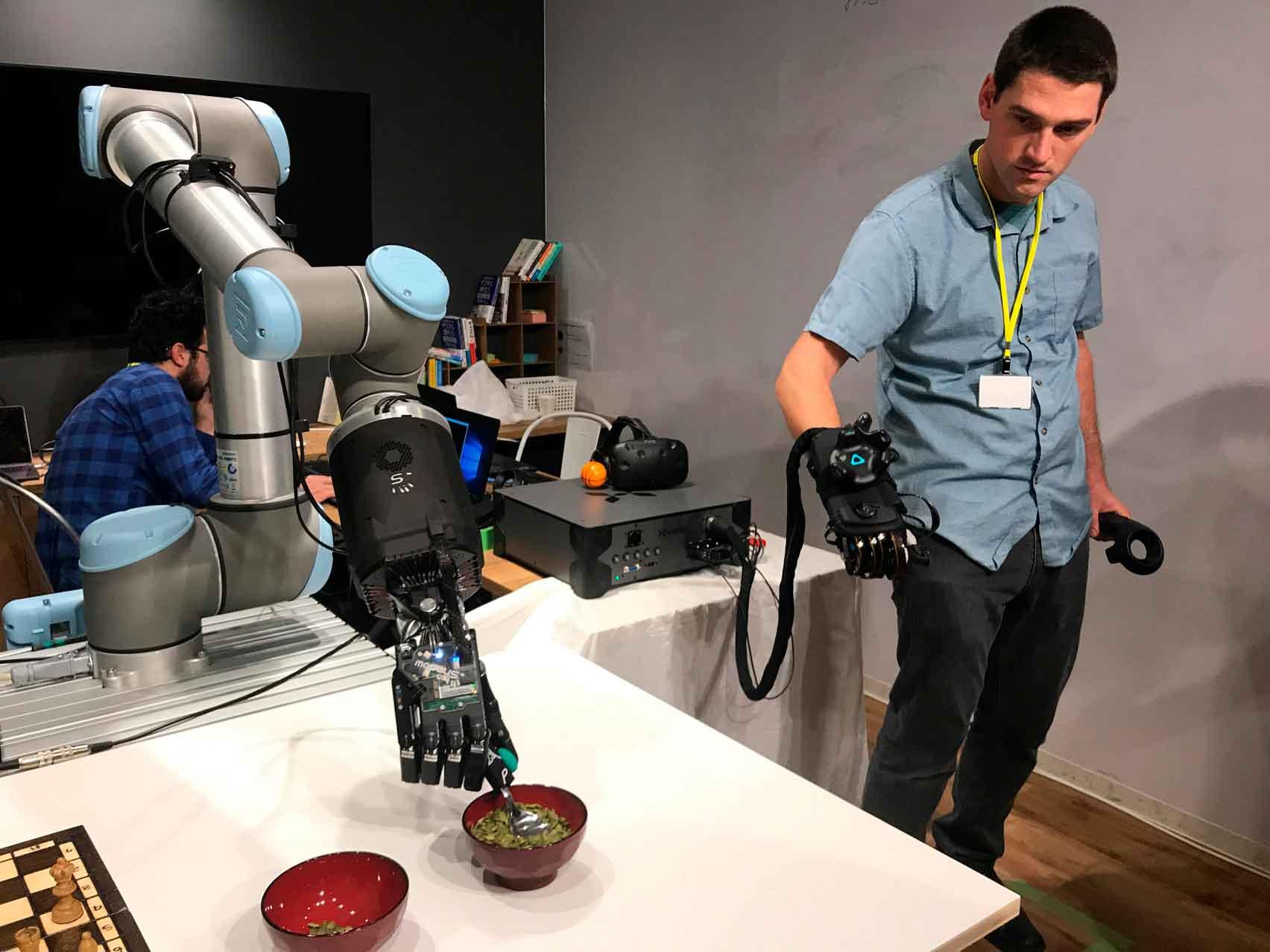 Ощущать на расстоянии возможно роботизированной рукой
