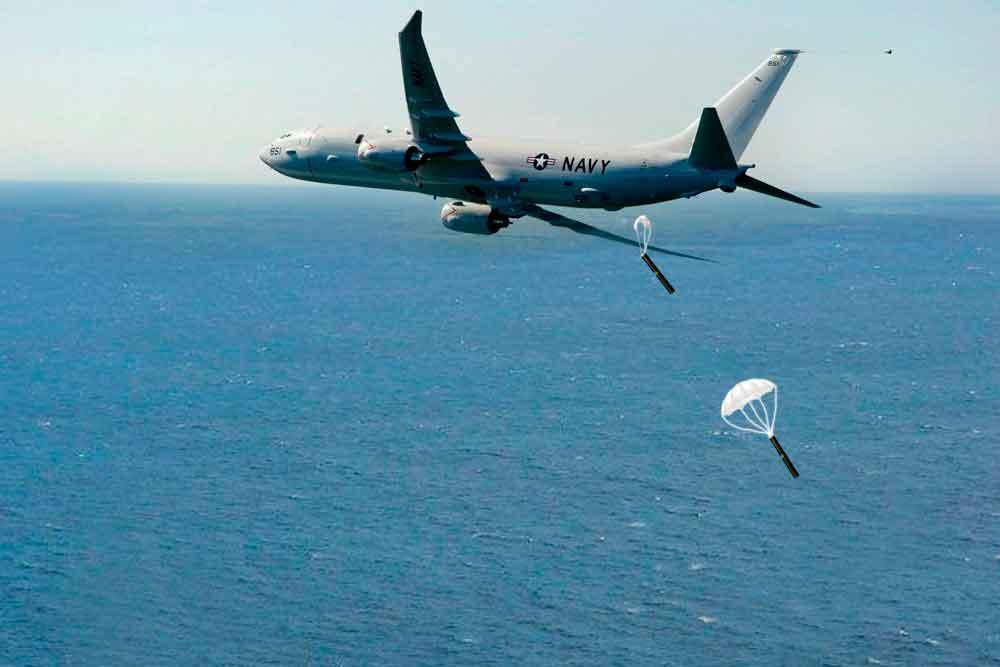 Гидроакустические буи сбрасываются с самолета