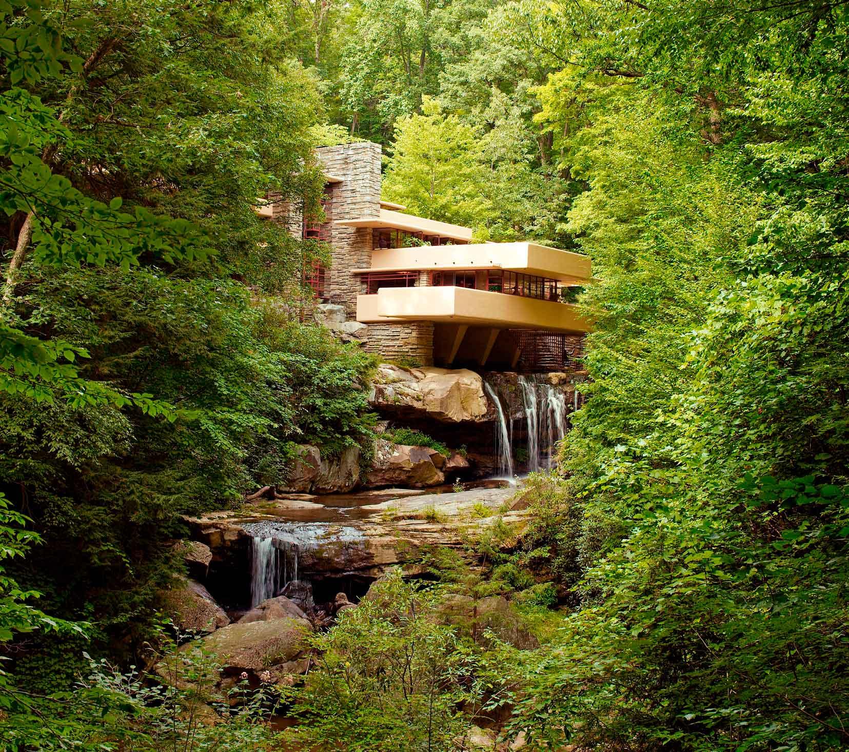 Восемь зданий, в конструкцию которых включены водопады