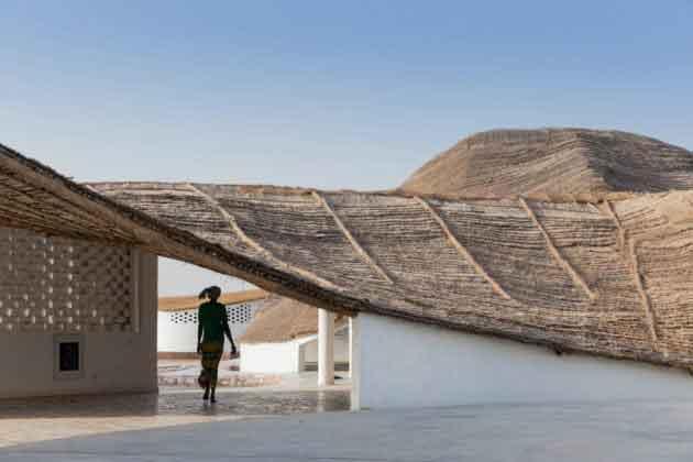 Крыша из местных строительных материалов