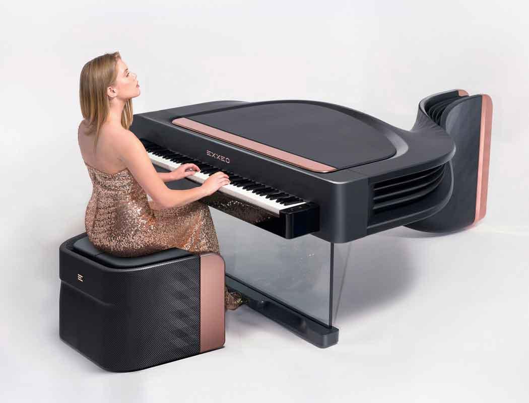 Пианист играет на пианино