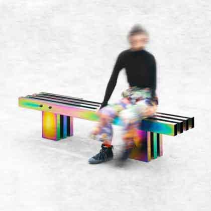 Человек сидит на скамейке
