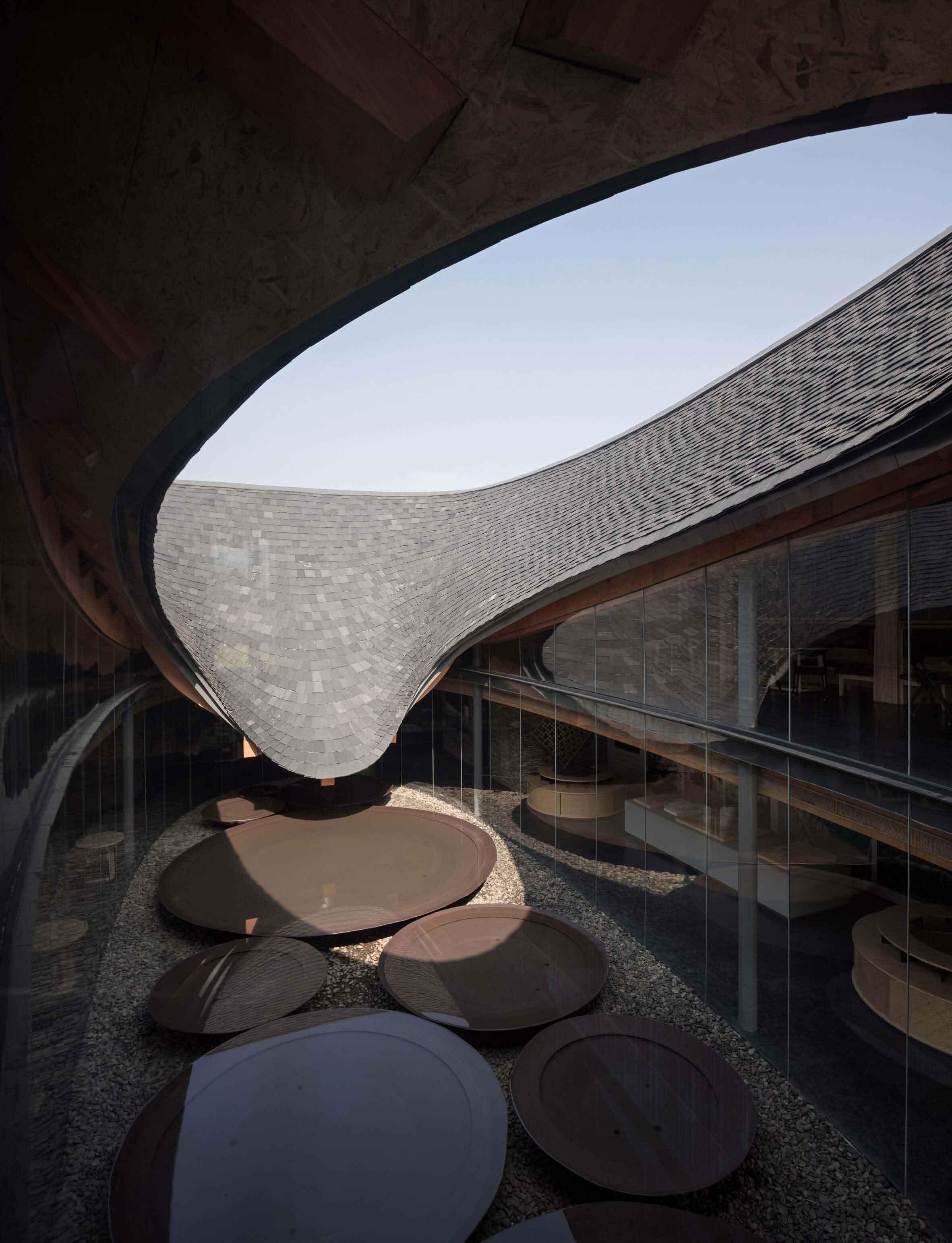 Изогнутая конструкция крыши