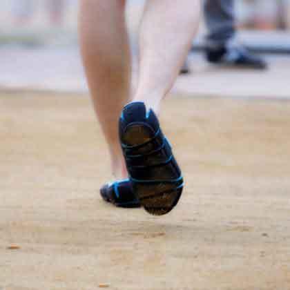 шлепки-кроссовки на ногах