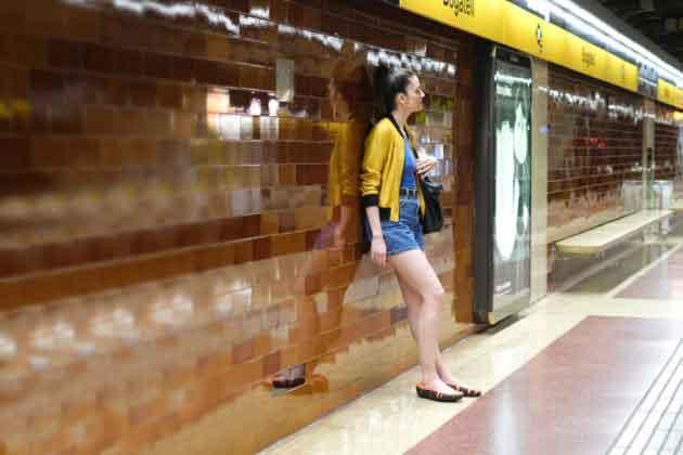 девушка в шлепках-кроссовках flip-shoes