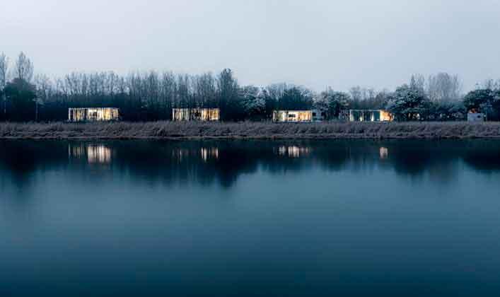Отель возле реки