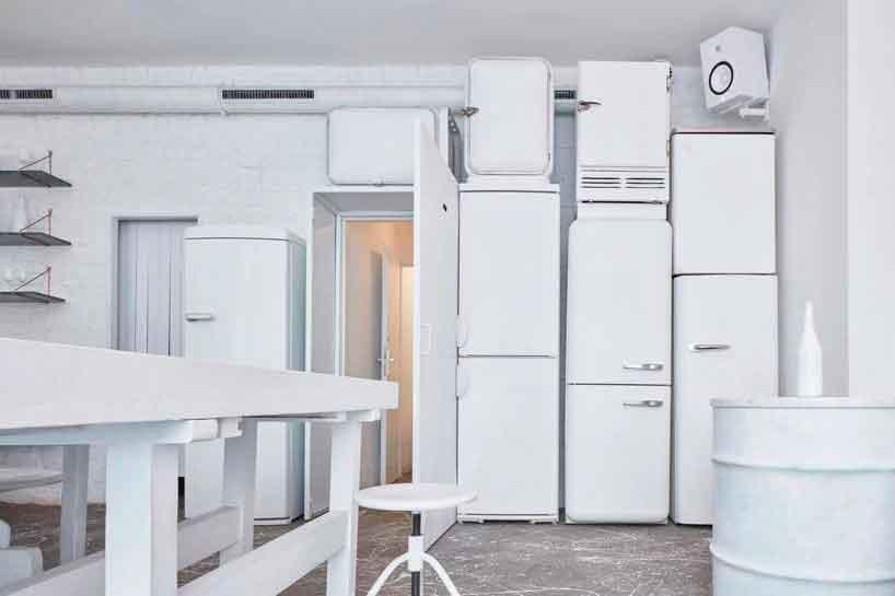 Белые холодильники в баре