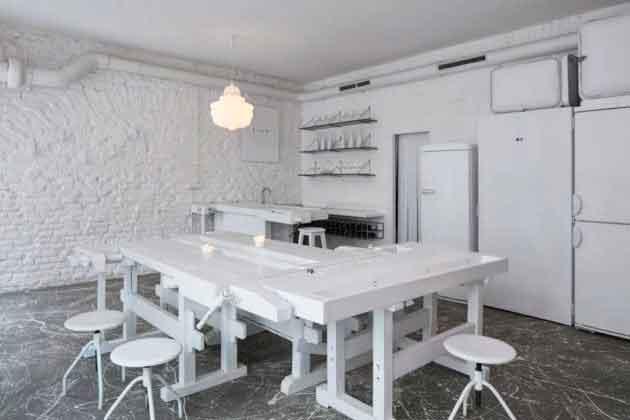 Белая мебель в баре