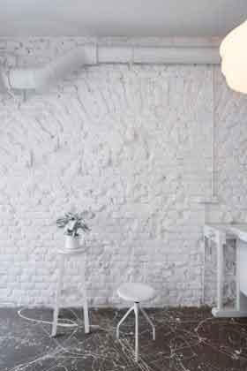 Белая стена в баре