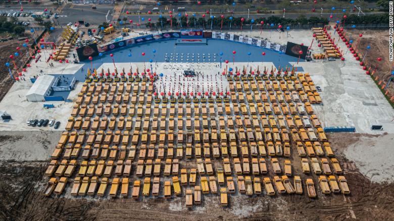 Аэрофотосъемка грузовых автомобилей, собранных на церемонии открытия строительства стадиона Evergrande в Гуанчжоу.